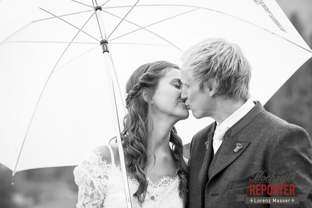 Kuss, Regenschirm, Porait, Hochzeit, Filzmoos, Wedding, Hochzeitsfotograf, Land Salzburg, Unterhofalm, Lorenz Masser