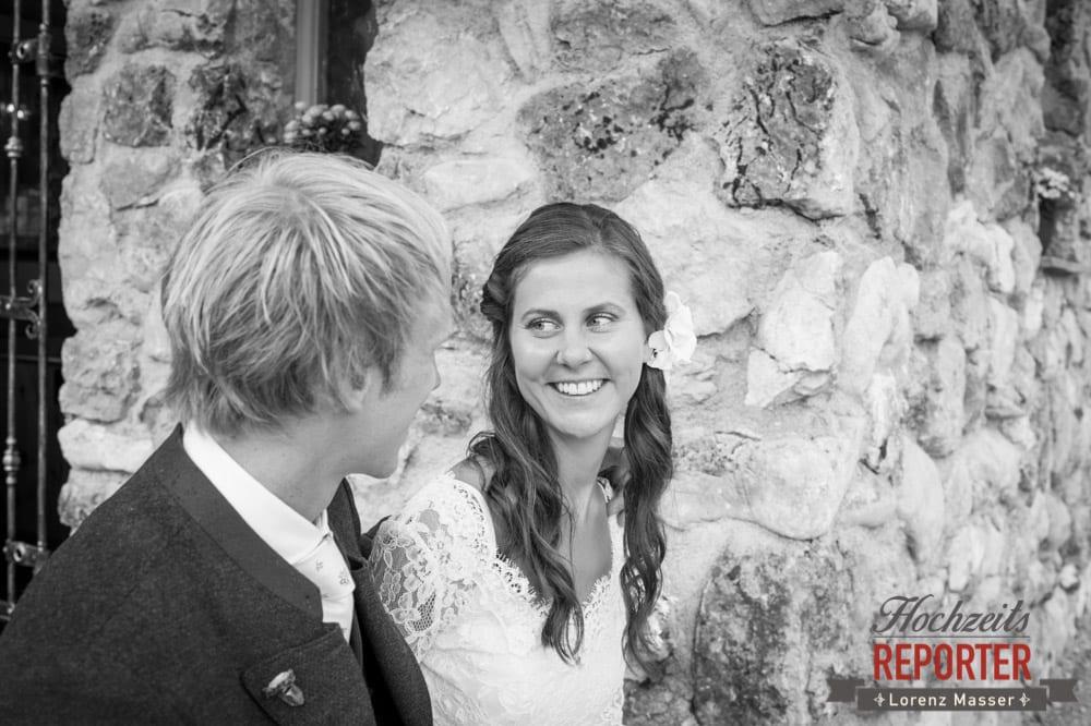 Braut schaut Bräutigam an, Hochzeit, Filzmoos, Wedding, Hochzeitsfotograf, Land Salzburg, Unterhofalm, Lorenz Masser