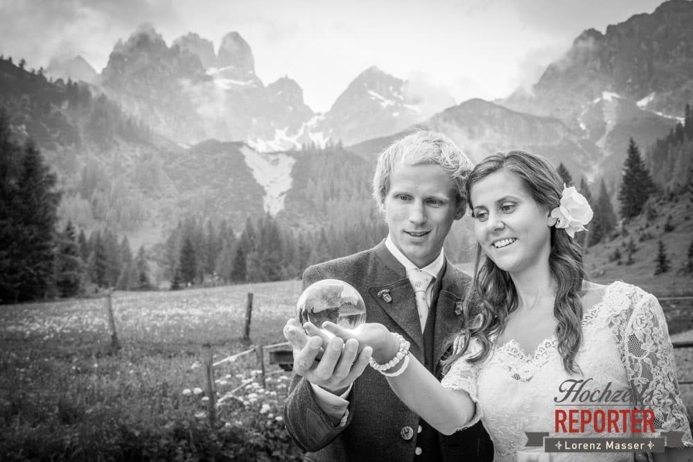 Brautpaar, Glaskugel, Hochzeit, Filzmoos, Wedding, Hochzeitsfotograf, Land Salzburg, Unterhofalm, Lorenz Masser