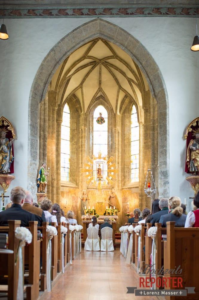 Brautpaar in Kirche von Hinten, Hochzeit, Filzmoos, Wedding, Hochzeitsfotograf, Land Salzburg, Unterhofalm, Lorenz Masser