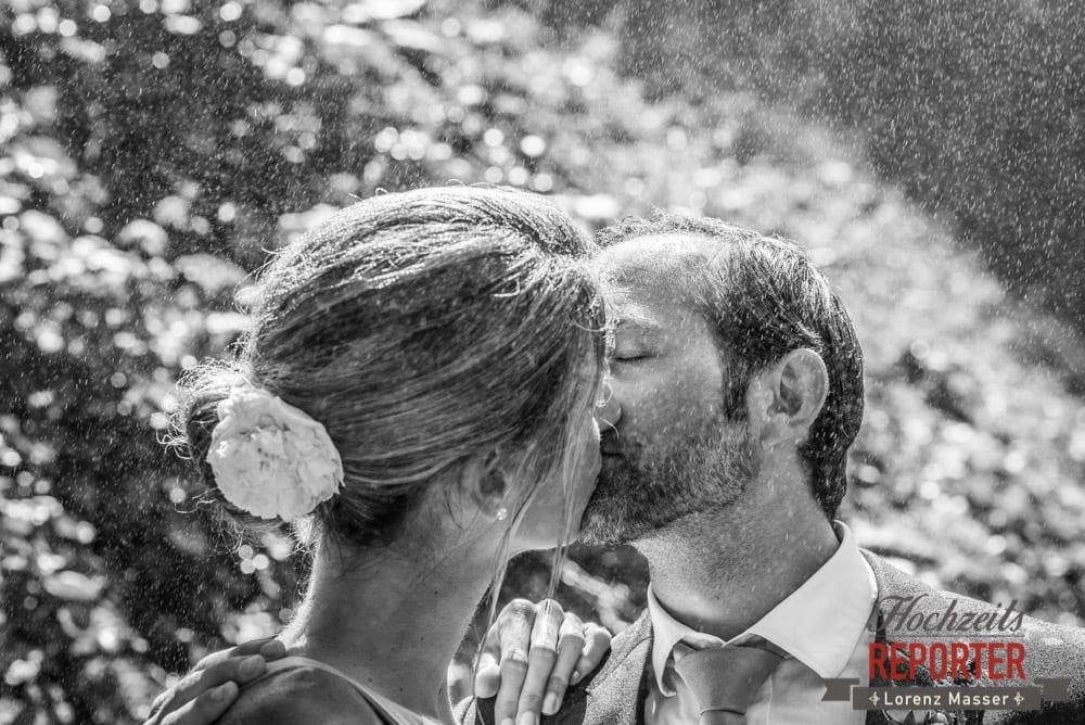 Kuss bei  Wasserfall mit sichtbaren Wassertropfen in der Luft, Gnadenalm, Obertauern, Johanneswasserfall, Hochzeitsfotograf, Land Salzburg, Lorenz Masser