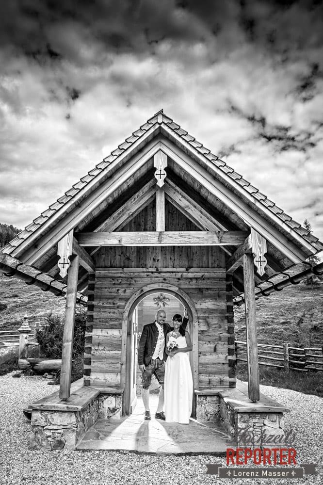 Hochzeitsfoto vor Kapelle auf der Gnadenalm in Obertauern, Fotograf Radstadt, Obertauern. Hochzeitsreporter