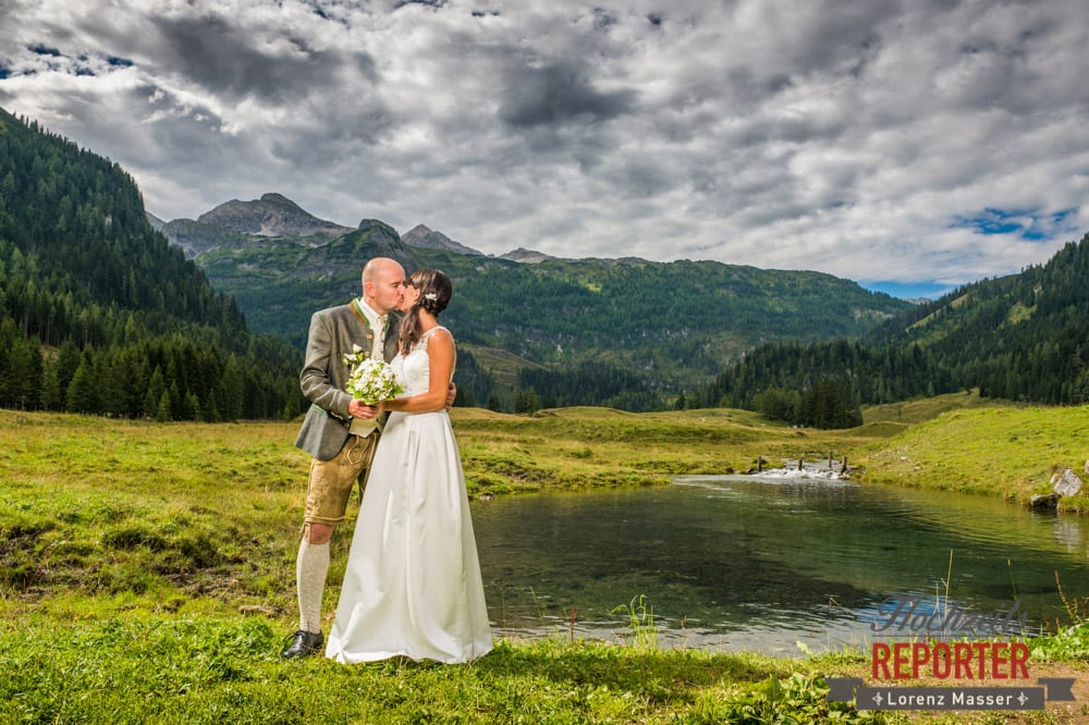 Kuss vor Gewitter, Hochzeit, Hochzeitsfotograf, Gnadenalm, Wagrain, Land Salzburg, Lorenz Masser