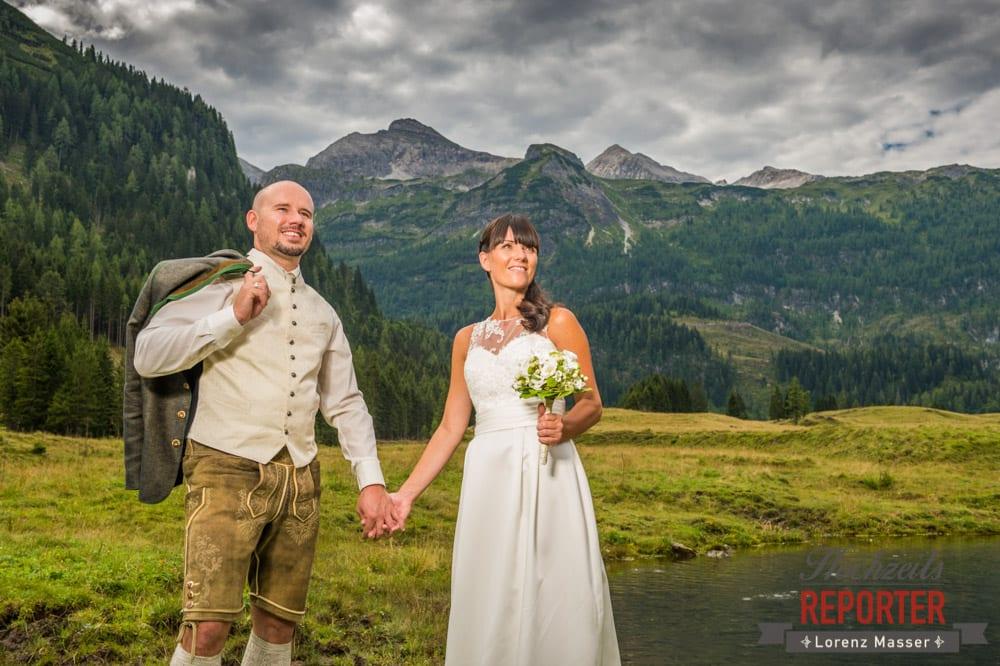 Brautpaar haltet Hände, Hochzeit, Hochzeitsfotograf, Gnadenalm, Wagrain, Land Salzburg, Lorenz Masser