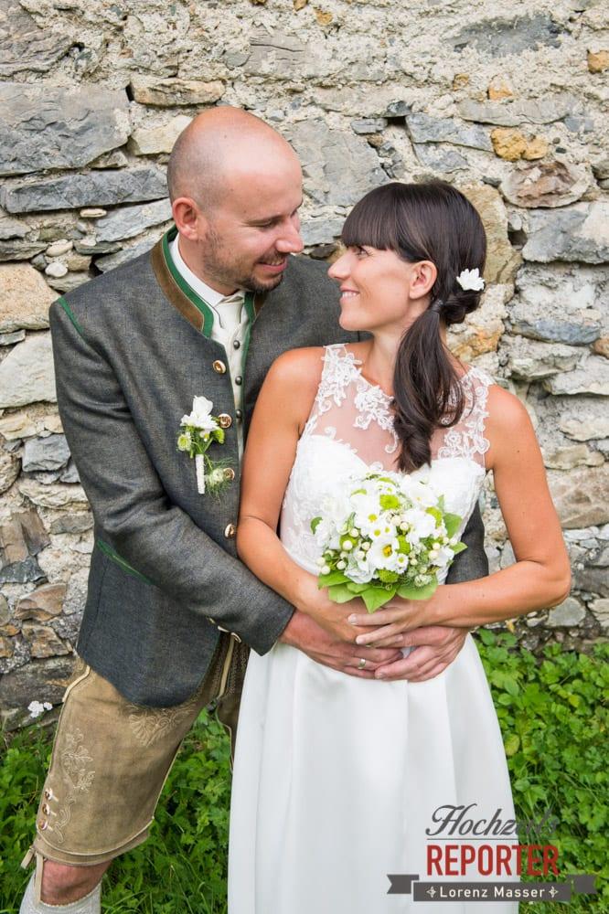 Brautpaar schaut sich in die Augen, Hochzeit, Hochzeitsfotograf, Gnadenalm, Wagrain, Land Salzburg, Lorenz Masser