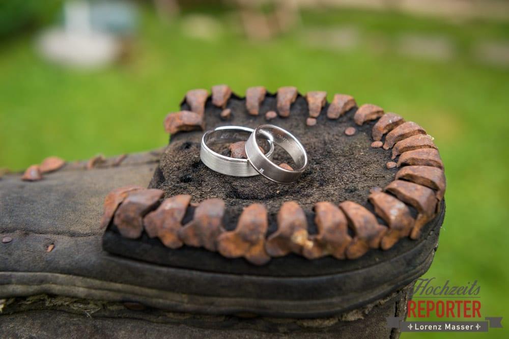 Silberne Ringe auf altem Stiefel, Hochzeit, Hochzeitsfotograf, Gnadenalm, Wagrain, Land Salzburg, Lorenz Masser