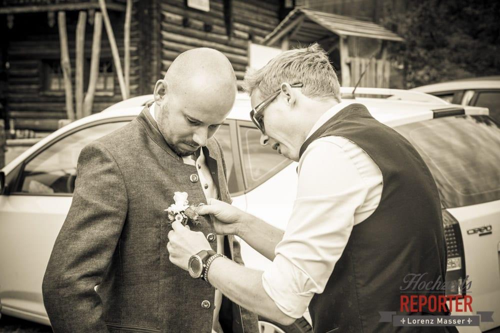 Anstecker anstecken bei Bräutigam, Hochzeit, Radstadt, Wagrein, Hochzeitsfotograf, Land Salzburg, Lorenz Masser