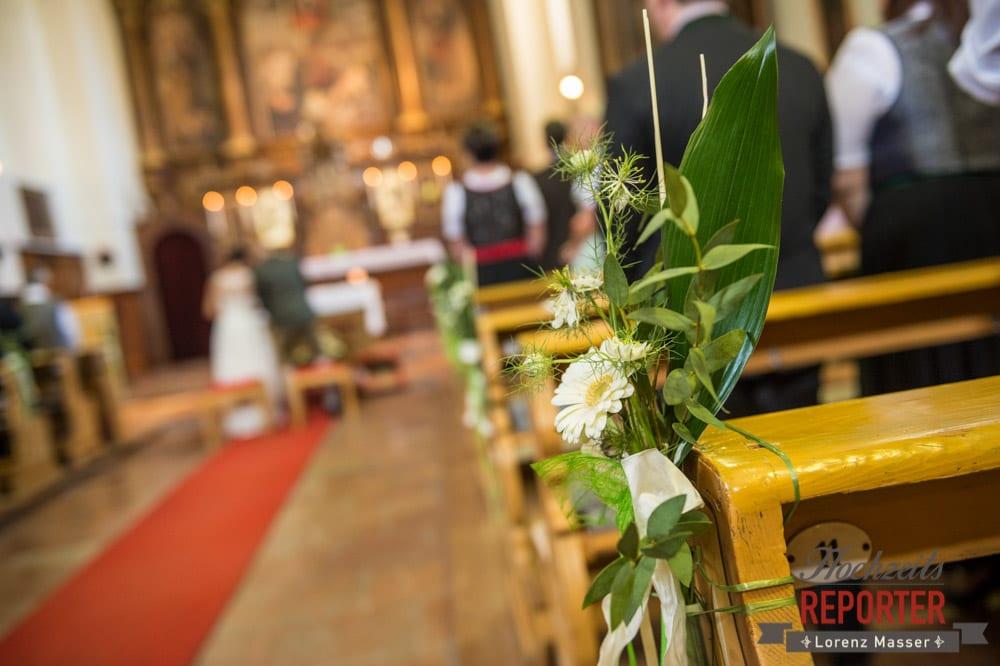 Blumendekoration in der Kirche an den Bänken, Hochzeit, Radstadt, Hochzeitsfotograf, Land Salzburg, Lorenz Masser