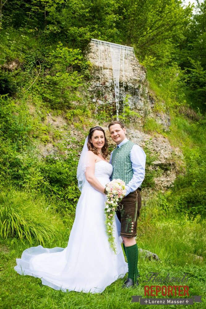 Brautpaar bei Wasserfall, Standesamtliche Hochzeit, Bad Aussee, Hochzeitsfotograf, Land Salzburg, Lorenz Masser