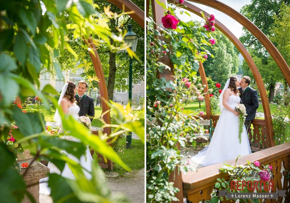 Brautpaar bei Holzpavillon mit Rosa farbigen Rosen, Standesamtliche Hochzeit, Bad Aussee, Hochzeitsfotograf, Land Salzburg, Lorenz Masser