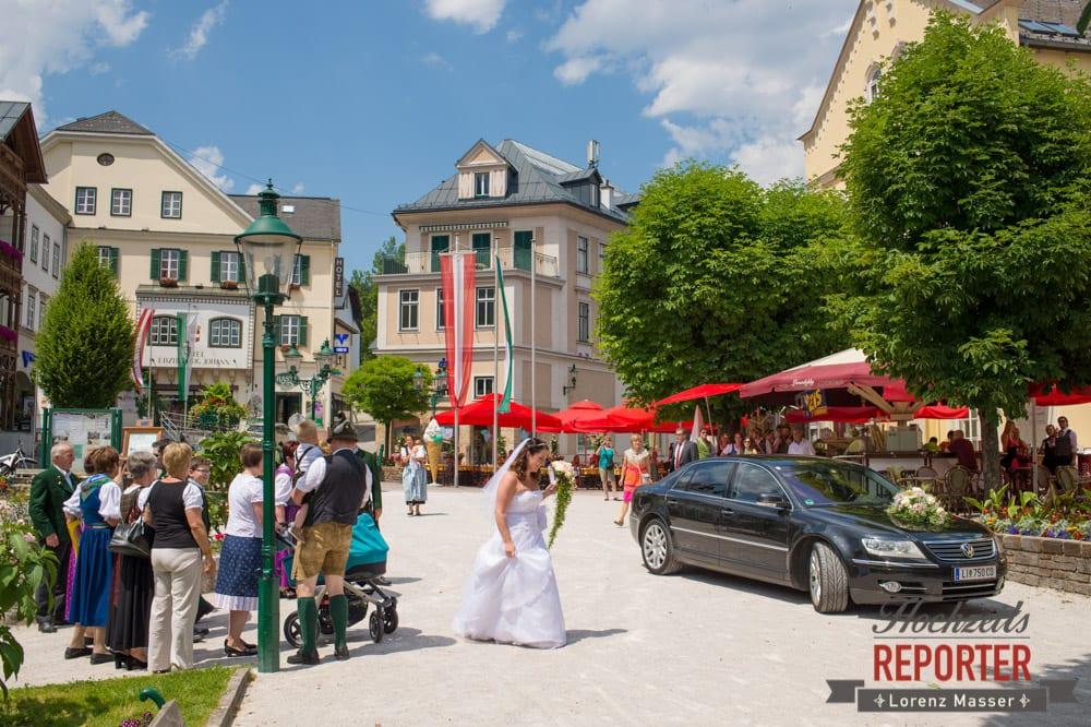 Braut mit Gefolgschaft in Bad Aussee, Standesamtliche Hochzeit, Bad Aussee, Hochzeitsfotograf, Land Salzburg, Lorenz Masser