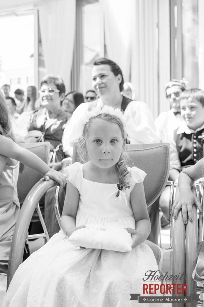 Kleines Mädchen trägt Ringe bei Hochzeit, Standesamtliche Hochzeit, Bad Aussee, Hochzeitsfotograf, Land Salzburg, Lorenz Masser