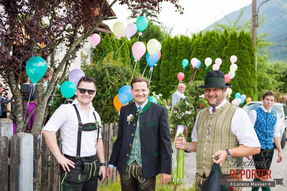 Bräutigam mit Freunden und Familie, Standesamtliche Hochzeit, Bad Aussee, Hochzeitsfotograf, Land Salzburg, Lorenz Masser