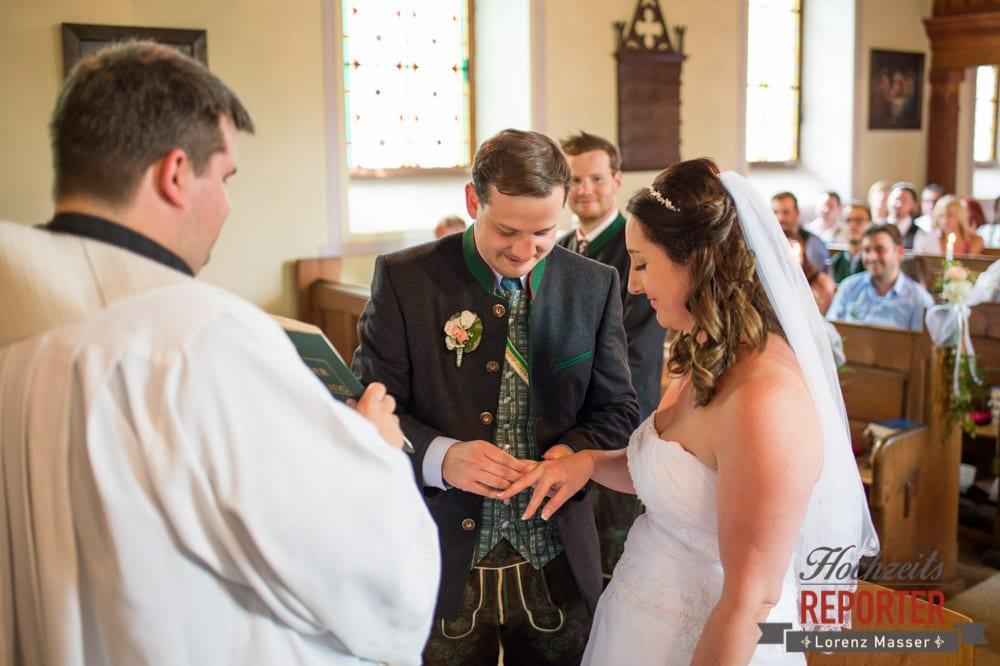 Ringtausch bei Kirchlicher Hochzeit, Trauung in Kirche, Bad Aussee, Hochzeitsfotograf, Land Salzburg, Lorenz Masser