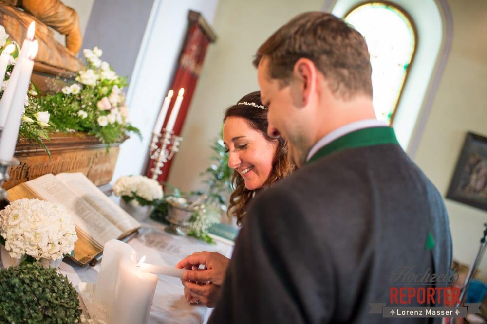 Brautpaar zündet Hochzeitskerze an, Trauung in Kirche, Bad Aussee, Hochzeitsfotograf, Land Salzburg, Lorenz Masser