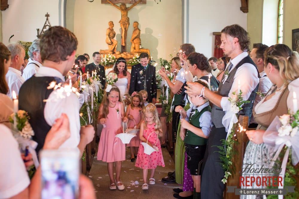 Blumenmädchen gang nach draußen von der Kirche, Emotionales Bild, Schönster Tag des Lebens, Trauung in Kirche, Bad Aussee, Hochzeitsfotograf, Land Salzburg, Lorenz Masser