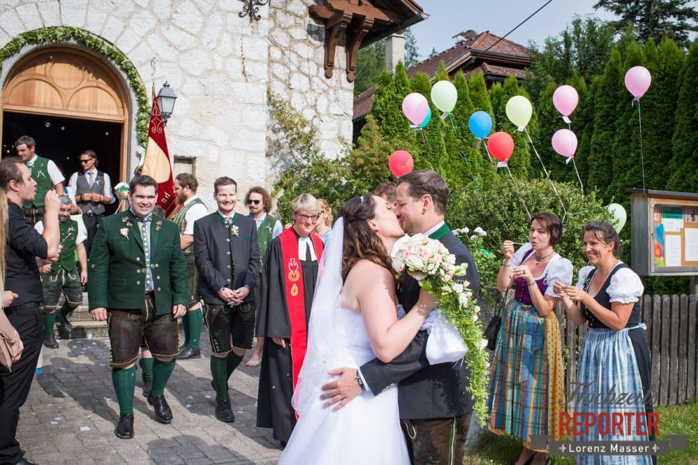 Brautpaar küsst sich vor Kirche, Trauung in Kirche, Bad Aussee, Hochzeitsfotograf, Land Salzburg, Lorenz Masser