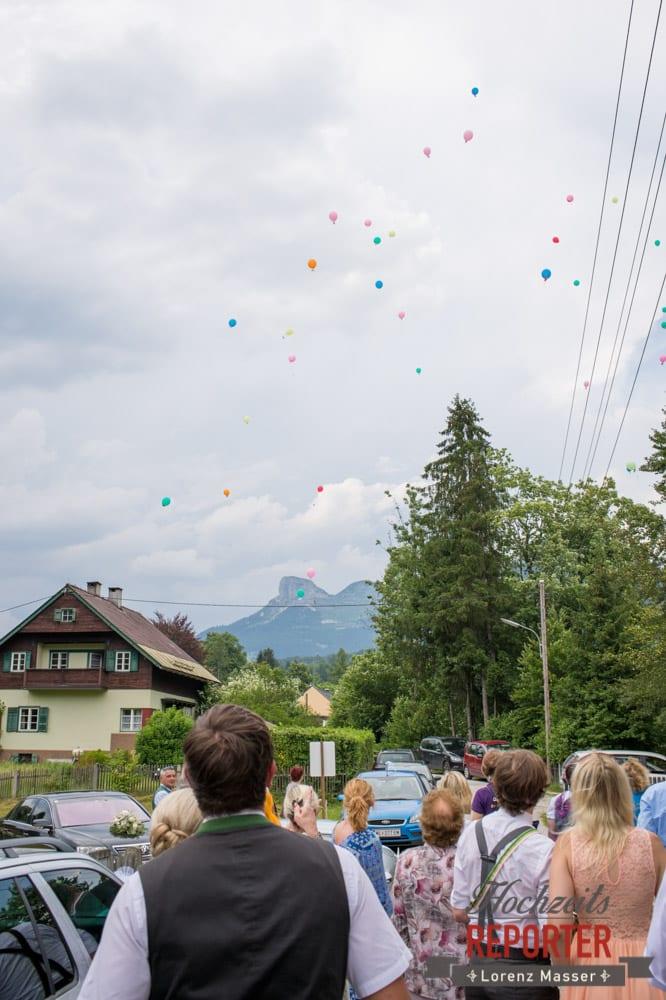 Luftballons schweben weg, Trauung in Kirche, Bad Aussee, Hochzeitsfotograf, Land Salzburg, Lorenz Masser