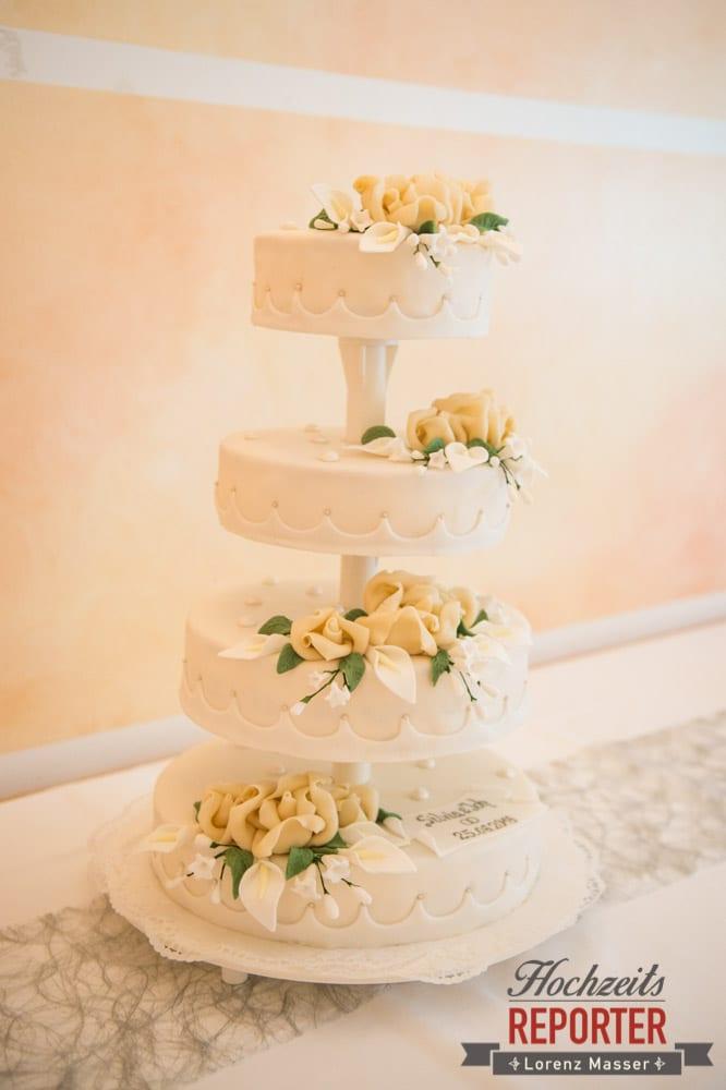 weiße Hochzeitstorte mit Rosen drauf, Trauung in Kirche, Bad Aussee, Hochzeitsfotograf, Land Salzburg, Lorenz Masser