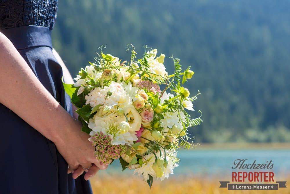 Brautstrauß, Braut mit Brautstrauß, Detailfoto mit Brautstrauß, Hochzeit, Hochzeitsfotograf, Wagrain, Land Salzburg, Lorenz Masser