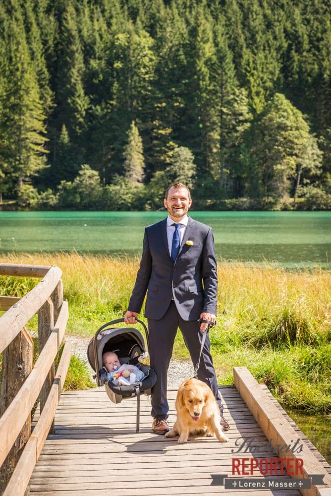 Bräutigam mit Hund und Baby, Hochzeit, Hochzeitsfotograf, Wagrain, Land Salzburg, Lorenz Masser