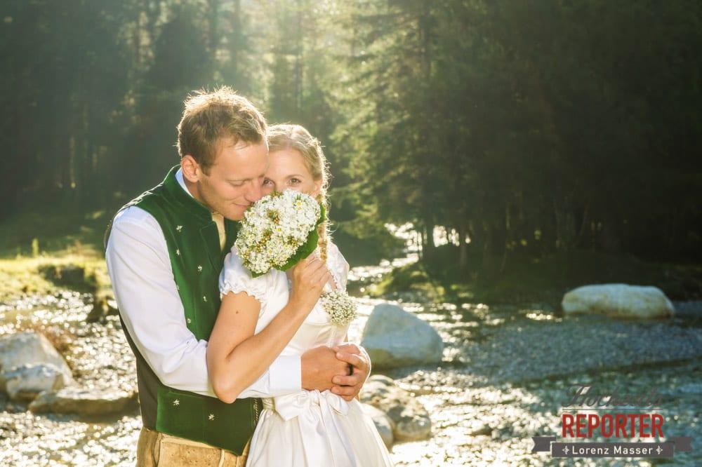 Am Brautstrauß riechen, Hochzeit in den Bergen, Brautpaar, Altenmarkt, Hochzeitsfotografie, Land Salzburg