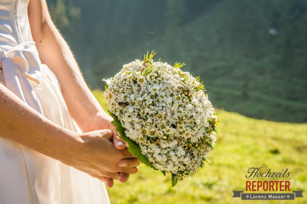 Weißer Brautstrauß, Wiesenblumen als Brautstrauß, Hochzeitsfotografie