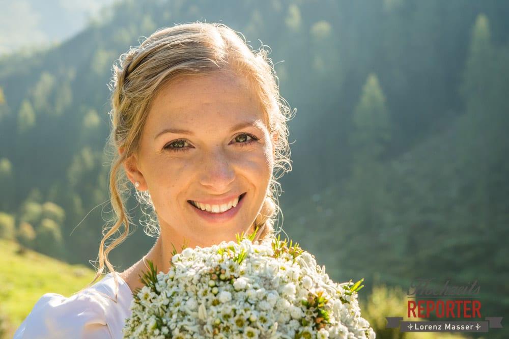 Braut mit Brautstrauß, Hochzeit in den Bergen, Altenmarkt, Hochzeitsfotograf im Land Salzburg
