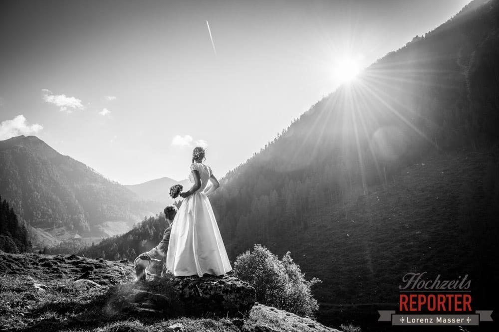 Brautpaar in den Tal schauend, Trachtenhochzeit, Hochzeit in den Bergen, Altenmarkt, Hochzeitsfotograf, Land Salzburg