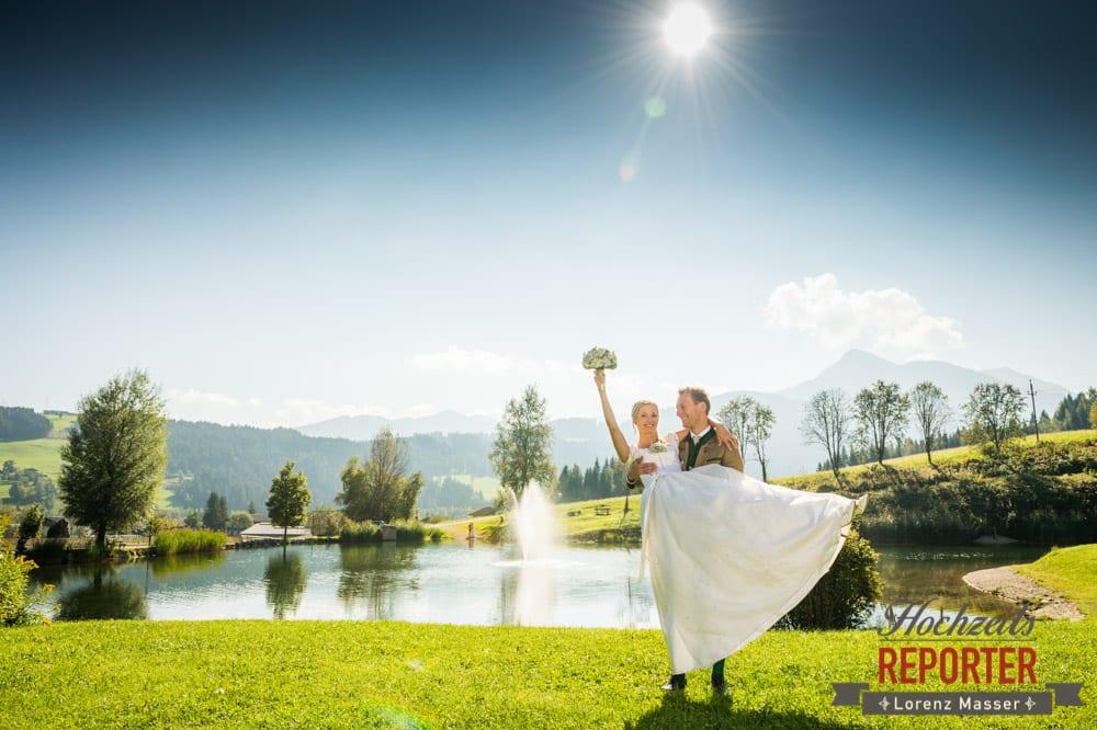 Bräutigam trägt Braut, Hochzeitsreporter, Hochzeitsfotografie, Lorenz Masser Fotografie, Land Salzburg, Altenmarkt