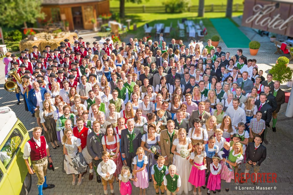 Gruppenfoto von oben, Hochzeitsgesellschaft mit Kapelle, Hochzeit, Hochzeitsfotograf, Altenmarkt, Land Salzburg, Lorenz Masser