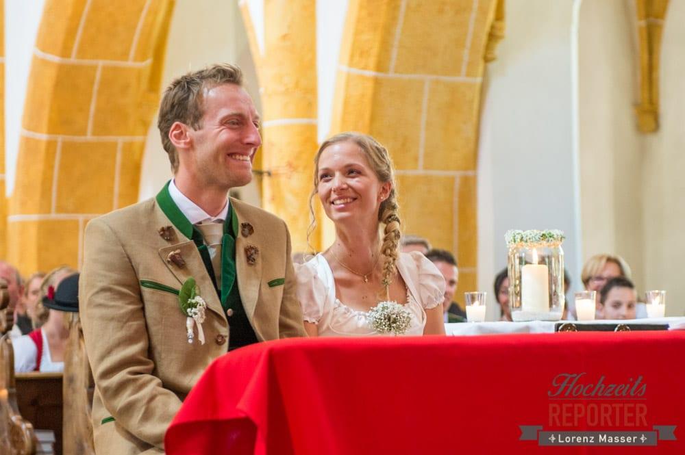 Glückliches Brautpaar bei Trauung, Hochzeit, Hochzeitsfotograf, Altenmarkt, Land Salzburg, Lorenz Masser