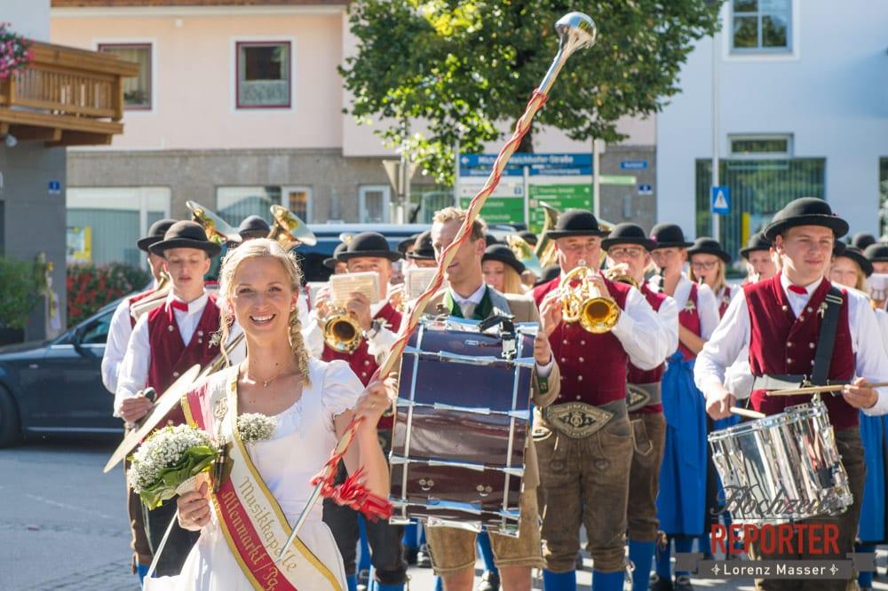 Braut bei Musikkapelle, Hochzeit, Hochzeitsfotograf, Altenmarkt, Land Salzburg, Lorenz Masser
