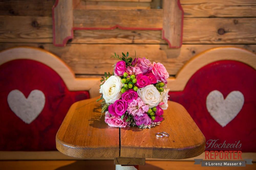 Pink-weißer Brautstrauß auf Tisch, Hofstadl, Flachau, Hochzeitsfotograf, Land Salzburg