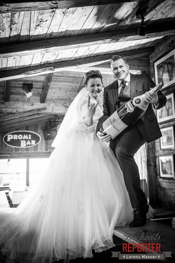 Rock´n Roll, Brautpaar im Hofstadl, Hofstadl in Flachau, Hochzeitsfotograf im Land Salzburg