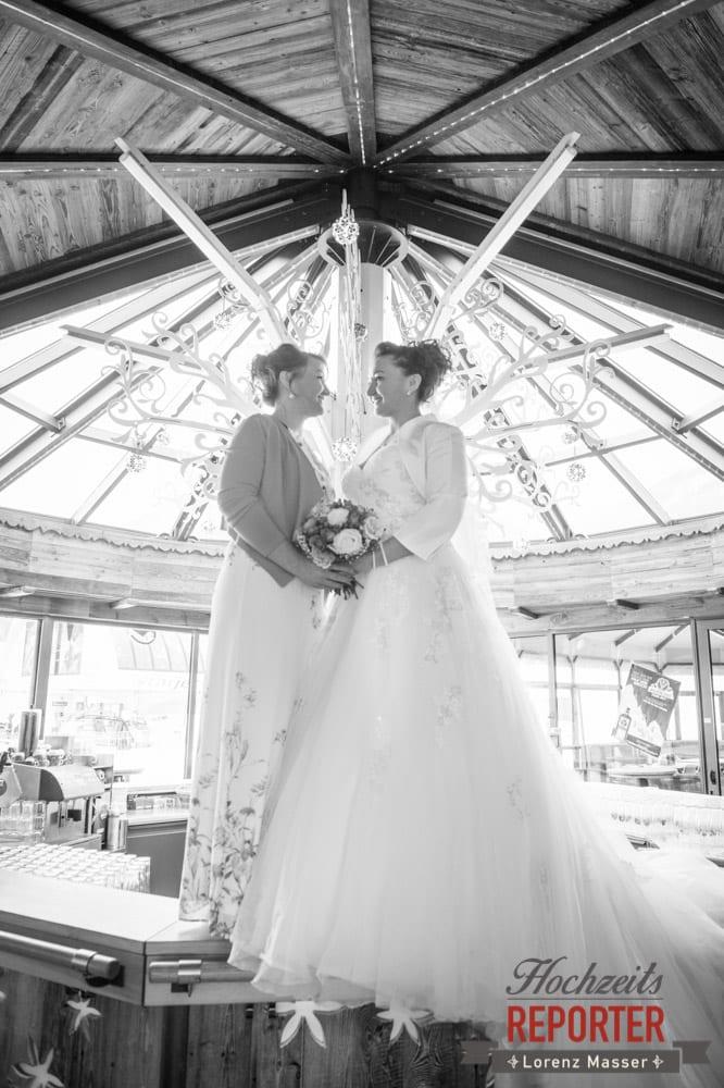 Braut mit Schwester, Brautpaar, After Wedding Shooting im Hofstadl in Flachau, Hochzeitsfotograf in Land Salzburg