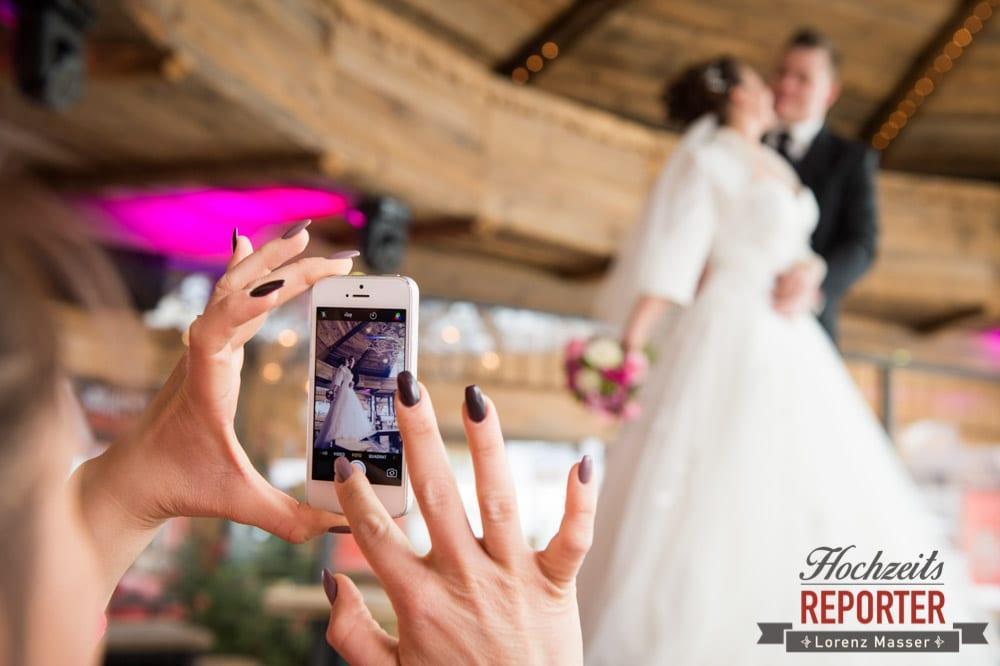 Handy, Fotoshooting mit Handy, Brautpaar, After Wedding Shooting, Hofstadl, Flachau, Hochzeitsfotograf, Land Salzburg