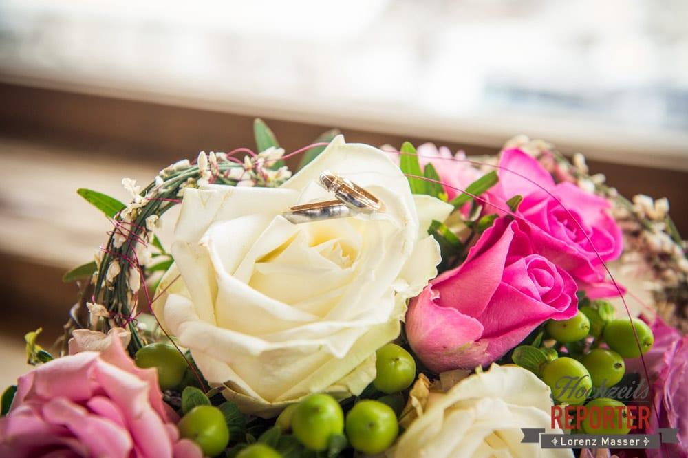 Ringe auf Brautstrauß, Brautpaar, After Wedding Shooting, Hofstadl, Flachau, Hochzeitsfotograf, Land Salzburg