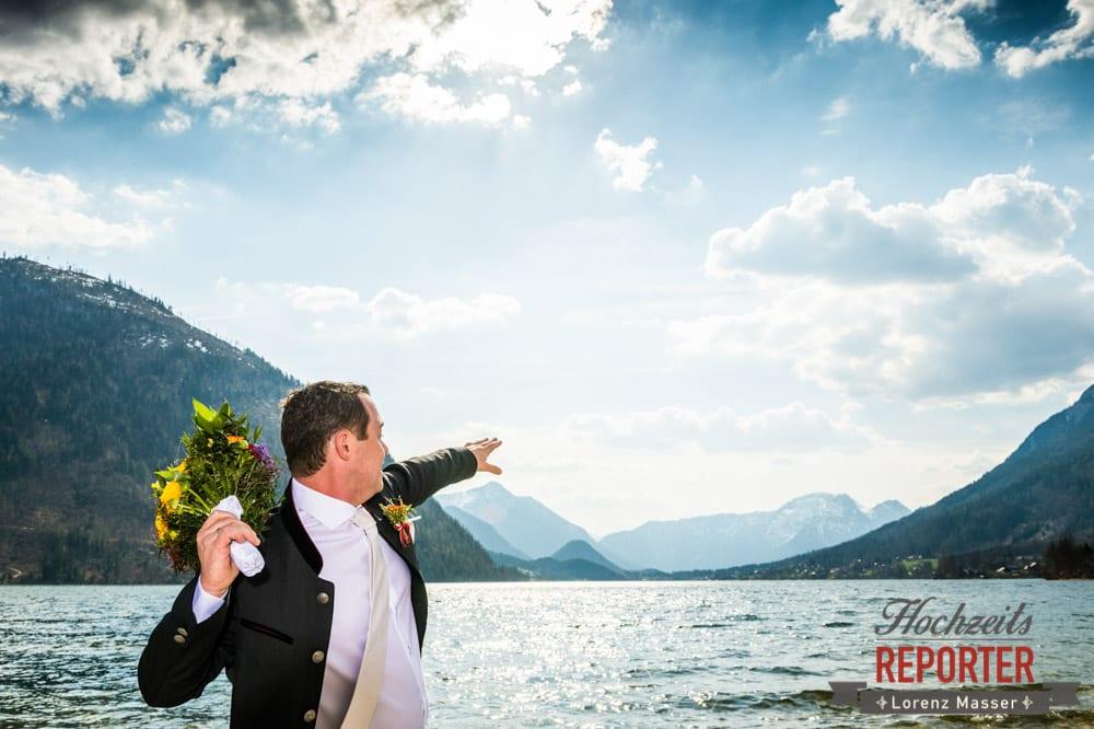 Blumenstrauß wegwerfen, Hochzeitstraditionen, Hochzeitsfotograf, Fotoshooting am See, Steiermark, Grundlsee