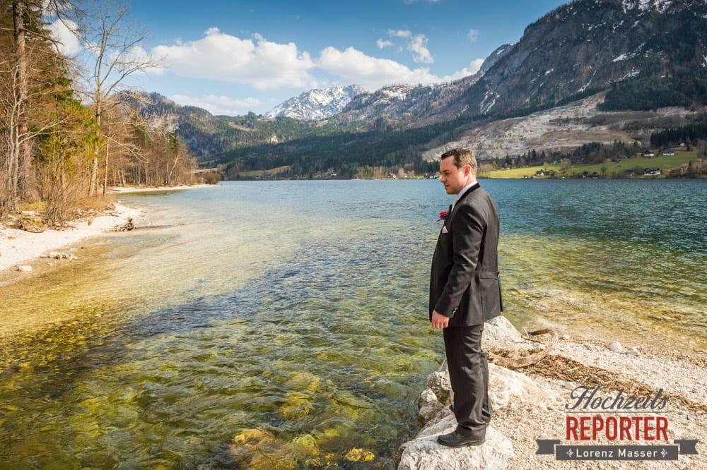 Bräutigam steht am See, Hochzeitsfotograf, Fotoshooting am See, Steiermark, Grundlsee
