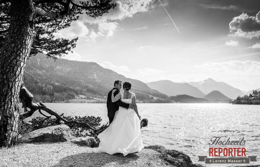 Brautpaar blickt in die Ferne, Hochzeitsfotograf, Fotoshooting am See, Steiermark, Grundlsee