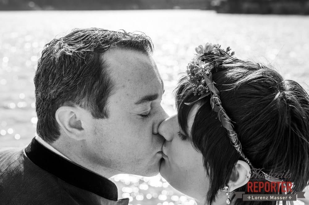 Kuss vor dem See, Hochzeitsfotograf, Fotoshooting am See, Steiermark, Grundlsee