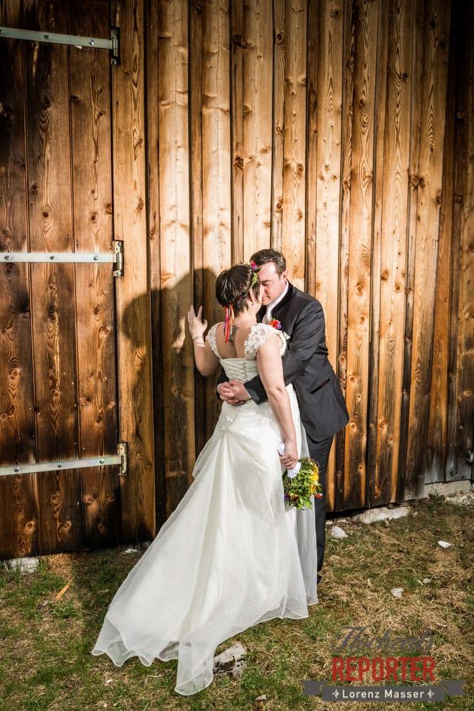 Hochzeit, Brautpaar küsst sich im Stall, Fotograf, Hochzeitsfotograf, Fotoshooting, Steiermark, Grundlsee, Land Salzburg