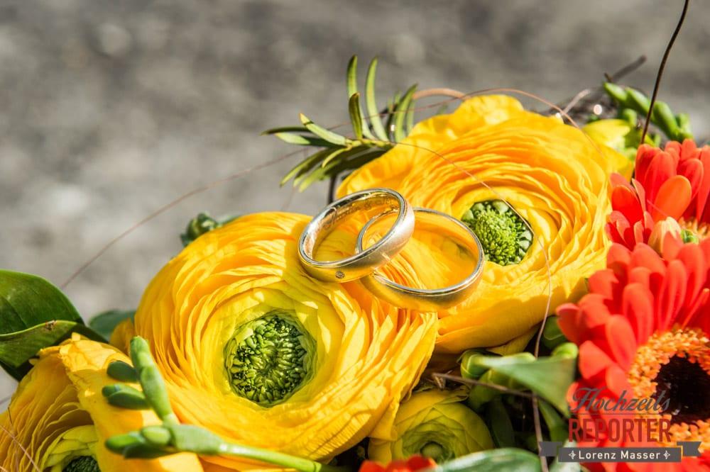Ringe auf gelben Blumen, Ringe mit Innengravur, Fotograf, Hochzeitsfotograf, Fotoshooting, Steiermark, Grundlsee, Land Salzburg
