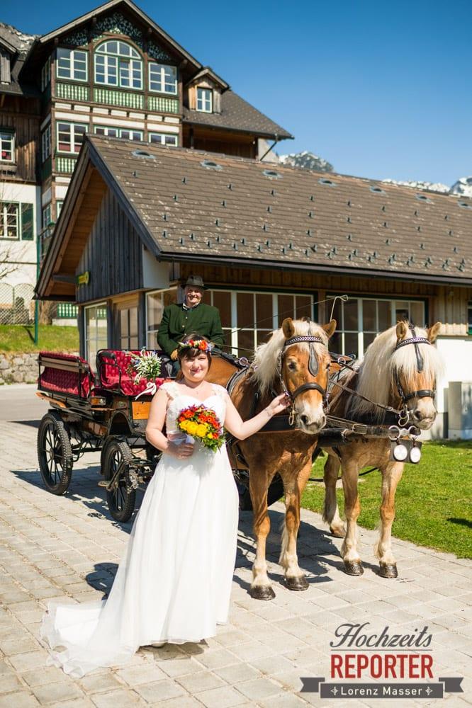 Braut steht neben Kutsche, Hochzeit, Fotograf, Hochzeitsfotograf, Fotoshooting, Steiermark, Grundlsee, Land Salzburg