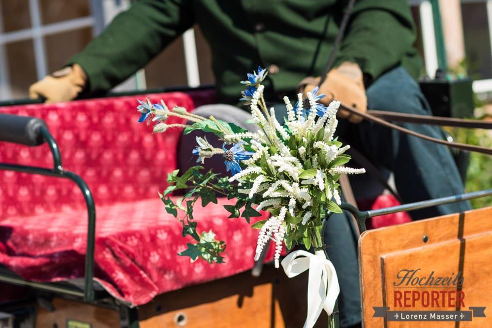 Blumenstrauß auf Kutsche, Blumenstrauß auf Pferdekutsche, Fotograf, Hochzeitsfotograf, Fotoshooting, Steiermark, Grundlsee, Land Salzburg