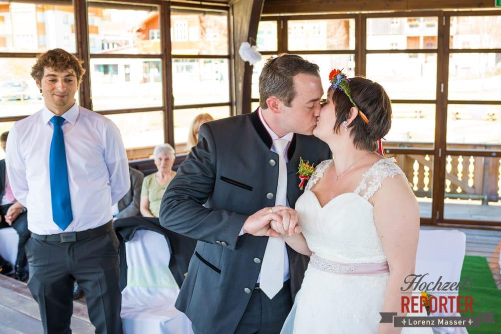 Brautpaar küsst sich nach Ja-Wort, Kuss des Brautpaares, Fotograf, Hochzeitsfotograf, Fotoshooting, Steiermark, Grundlsee, Fotograf Land Salzburg
