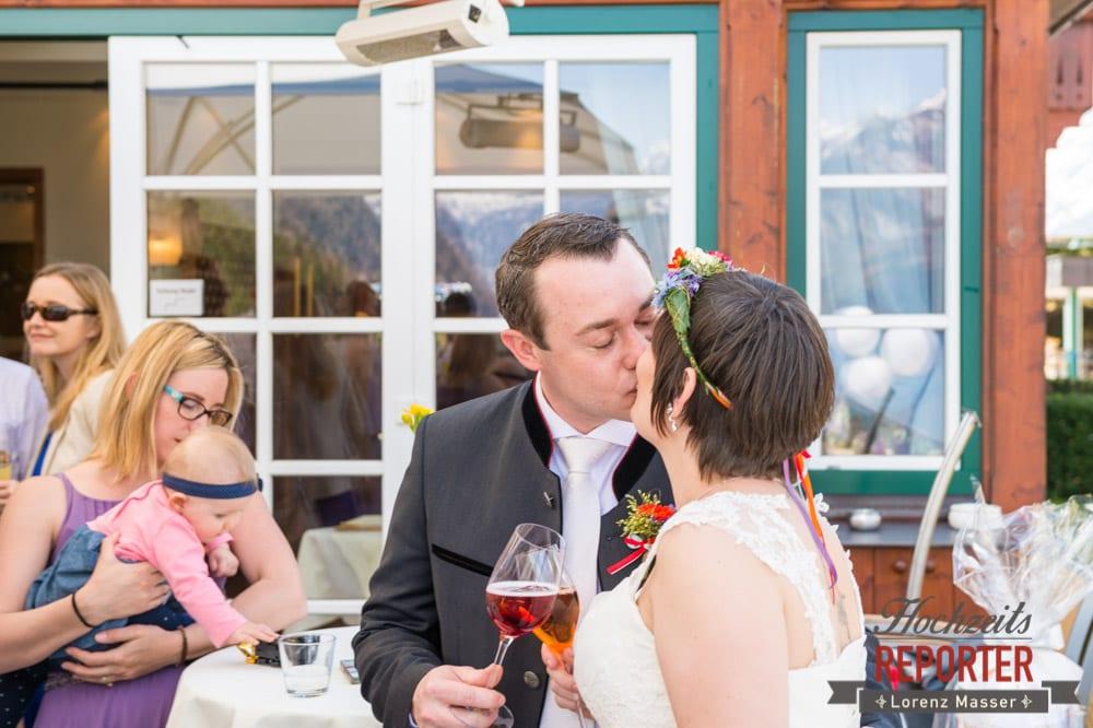 Gläser Anstoßen, Kuss des Brautpaares,  Hochzeit, Grundlsee, Steiermark, Hochzeitsfotografie