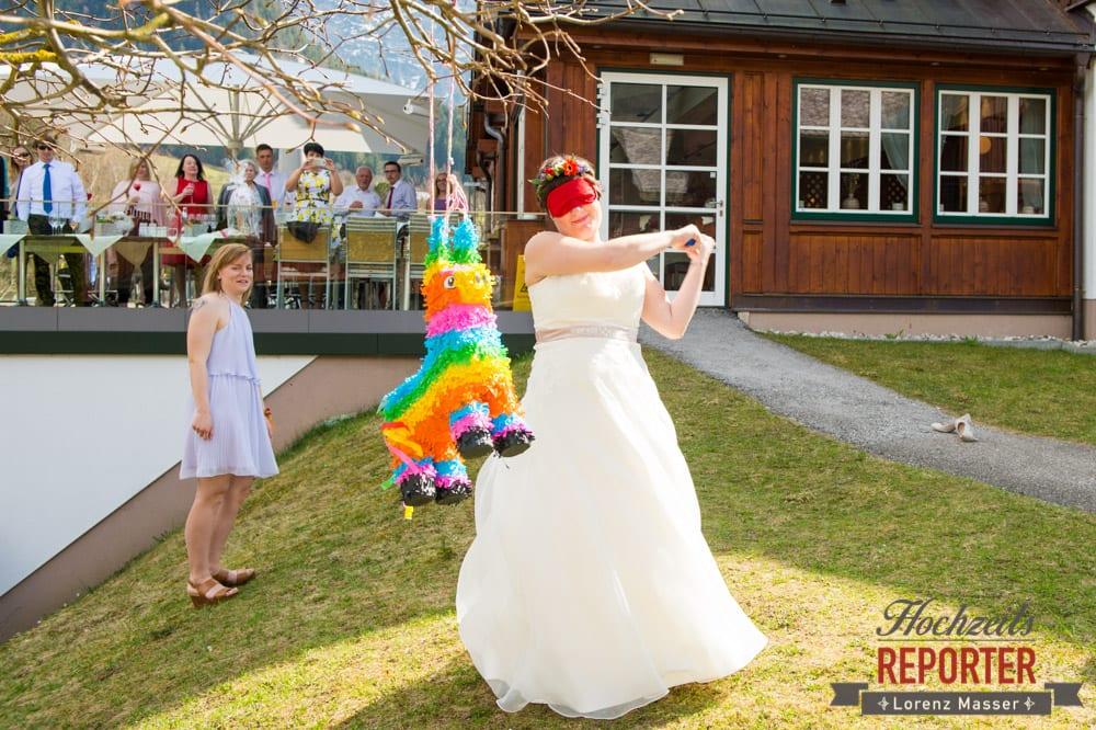 Pinata zerschlagen,  Hochzeit, Grundlsee, Steiermark, Hochzeitsfotografie