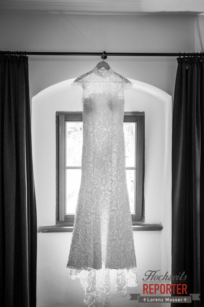 Brautkleid bei Fenster, Hochzeit, Hallstatt, Heritage Hotel, Hochzeit, Hochzeitsfotograf, Fotograf Land Salzburg, Lorenz Masser